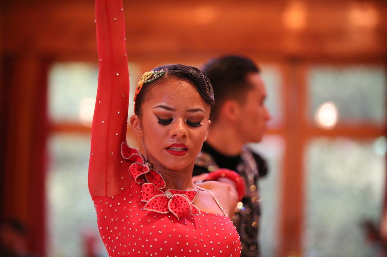 Fotografin Daniela Hürlimann - Frau in Tanzpose Arm oben